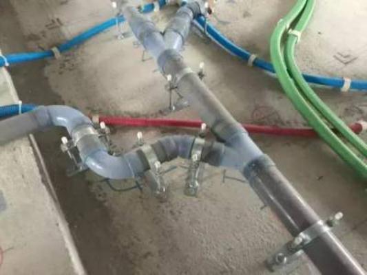 ▼ Những chỗ uốn lượn của đường ống đều được lắp đặt bằng thiết bị làm từ nhựa plastic trong suốt. Bởi vì như vậy đến khi bị tắc đường ống, nhân viên sửa chữa chỉ cần nhìn bằng mắt là sẽ biết đường ống bị tắc ở chỗ nào.