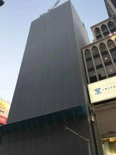 Đây là công trình xây dựng một tòa nhà ở Tokyo được bao bọc rất cẩn thận. Nó nằm ngay bên cạnh một cửa hàng nhưng không hề bị cửa hàng phàn nàn về bụi.