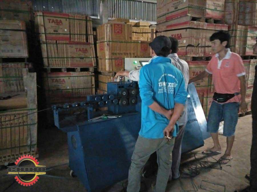 Kỷ thuật CHIHO đang hướng dẫn khách hàng vận hành máy bẻ đai sắt tự động