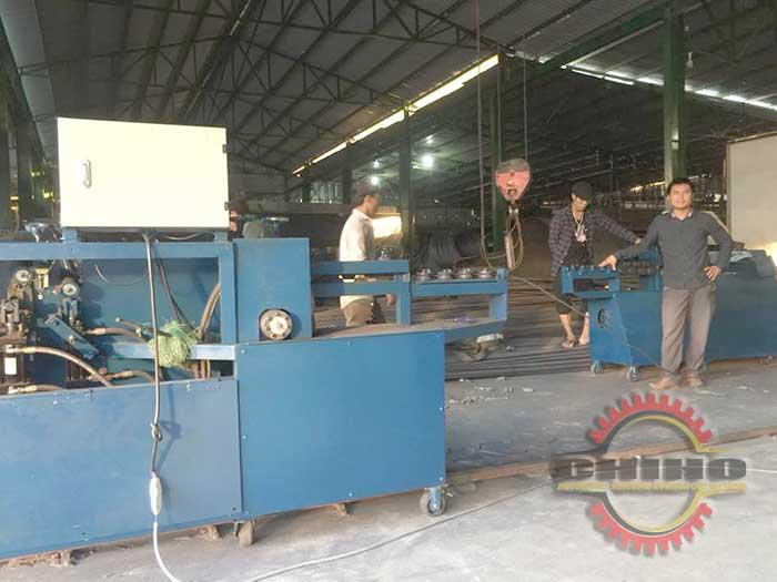 Các kỷ thuật viên CHIHO đang hướng dẫn khách hàng sử dụng máy bẻ đai sắt