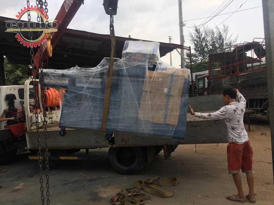 Các công nhân đang đưa lô máy bẻ đai sắt lên e tải vận chuyển ra Hải Phòng
