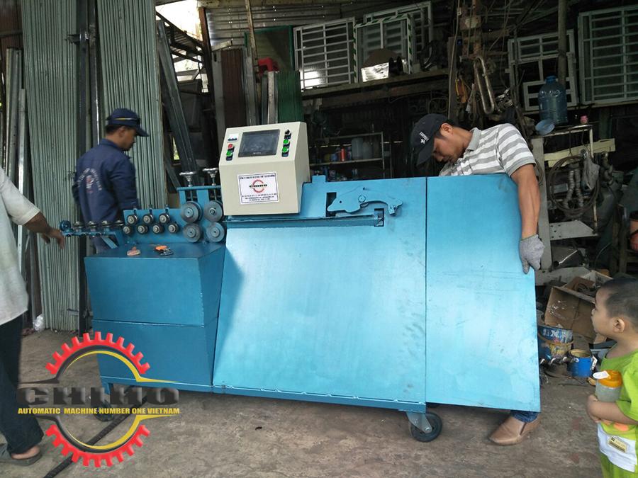 Các nhân viên  kỷ thuật đang hướng dẫn khách hàng tại Cần Thơ sử dụng máy bẻ đai  sắt