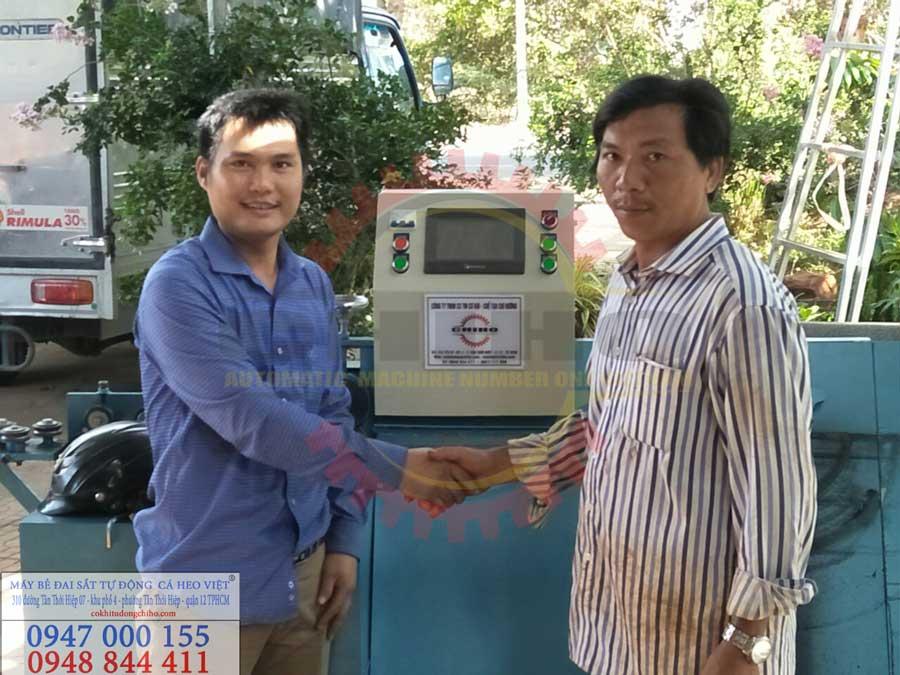 Hình 1: ký kết xong hợp đồng bàn giao máy bẻ đai sắt cá Heo tại Vũng Tàu