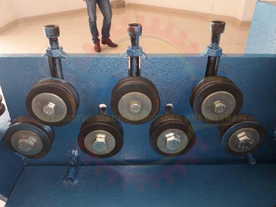 Phần cơ khí vững chắc của máy bẻ đai sắt CÁ HEO VIỆT giúp cho đầu vào của sắt thép thẳng và có độ chính xác cao