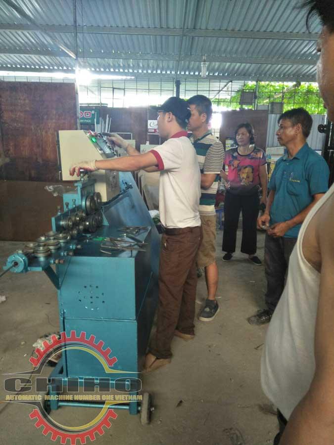 Đội ngủ nhân viên CHIHO đang hướng dẫn khách sử dụng máy bẻ đai sắt cá heo Việt 2018