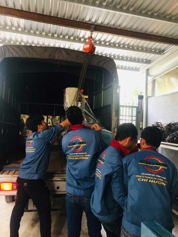 Các nhân viên kỷ thuật CHIHO đang bảo hành máy bẻ đai sắt cho khách hàng