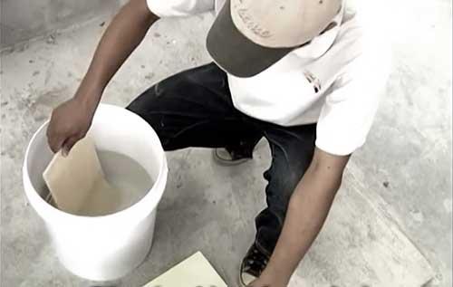 Cần ngâm gạch trong nước trước khi ốp lát